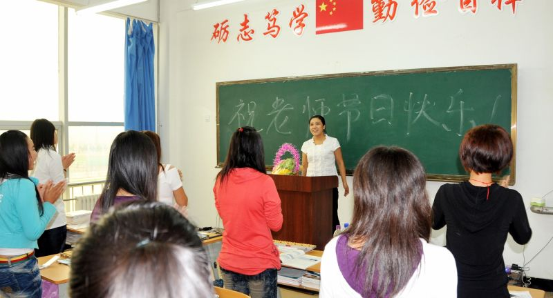 教师节,同学们以不同的方式表达对老师的尊重与爱戴!