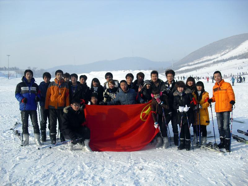 院团委组织学生干部开展滑雪活动
