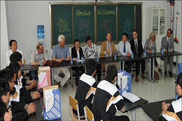 布廷恩先生及夫人到班级与大家一起亲切座谈