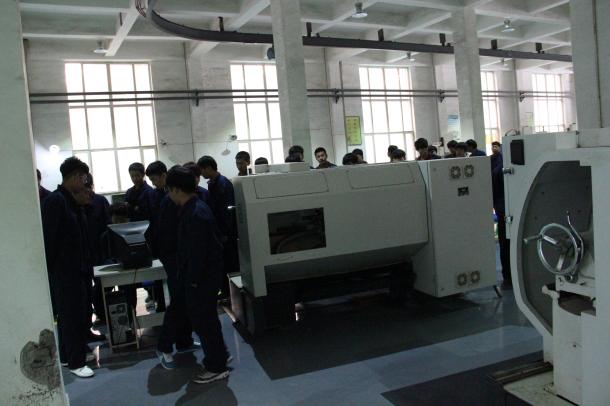 汽车工程系组织学生参观机械系实训车间