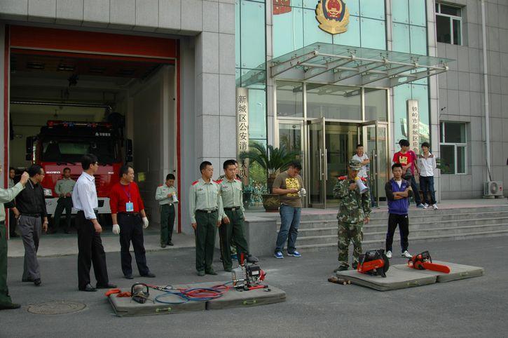 学院进行新生消防演练