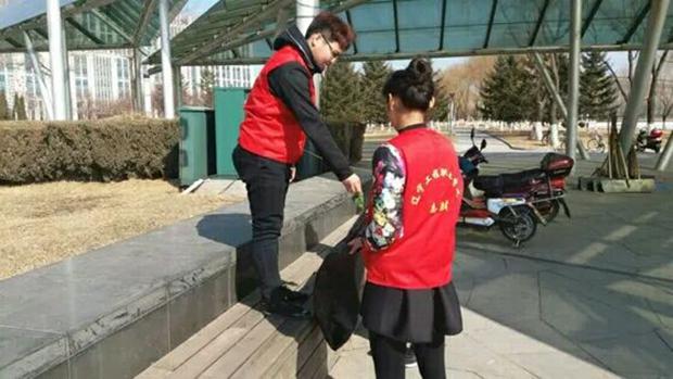 社团联合会志愿者进行清理钻石广场活动