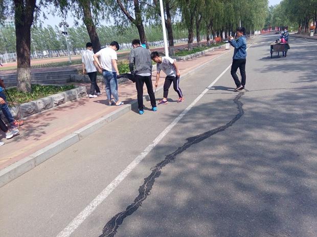 机械工程系爱心社团举行校园垃圾清扫活动